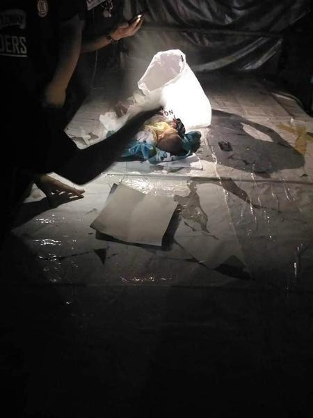 Cha mẹ cãi nhau, bé 2 tuần tuổi bị vứt bỏ giữa chợ Thái Lan  - Ảnh 4.