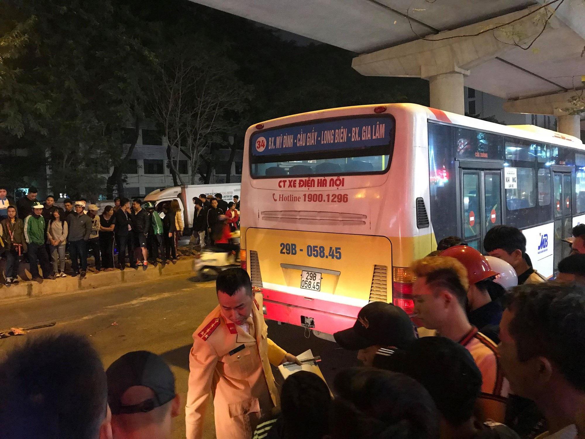 Hà Nội: Va chạm với ô tô con, nữ sinh bị xe buýt cán tử vong - Ảnh 2.