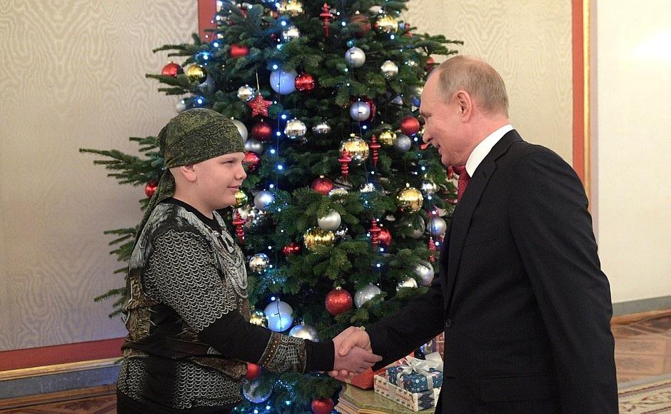 Tổng thống Putin bắt tay vị khách 10 tuổi tại điện Kremlin - Ảnh 2.