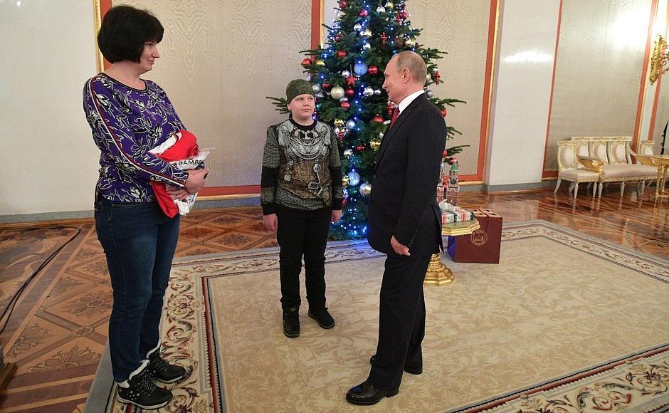 Tổng thống Putin bắt tay vị khách 10 tuổi tại điện Kremlin - Ảnh 5.