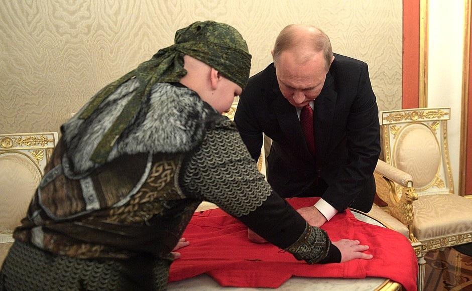 Tổng thống Putin bắt tay vị khách 10 tuổi tại điện Kremlin - Ảnh 4.
