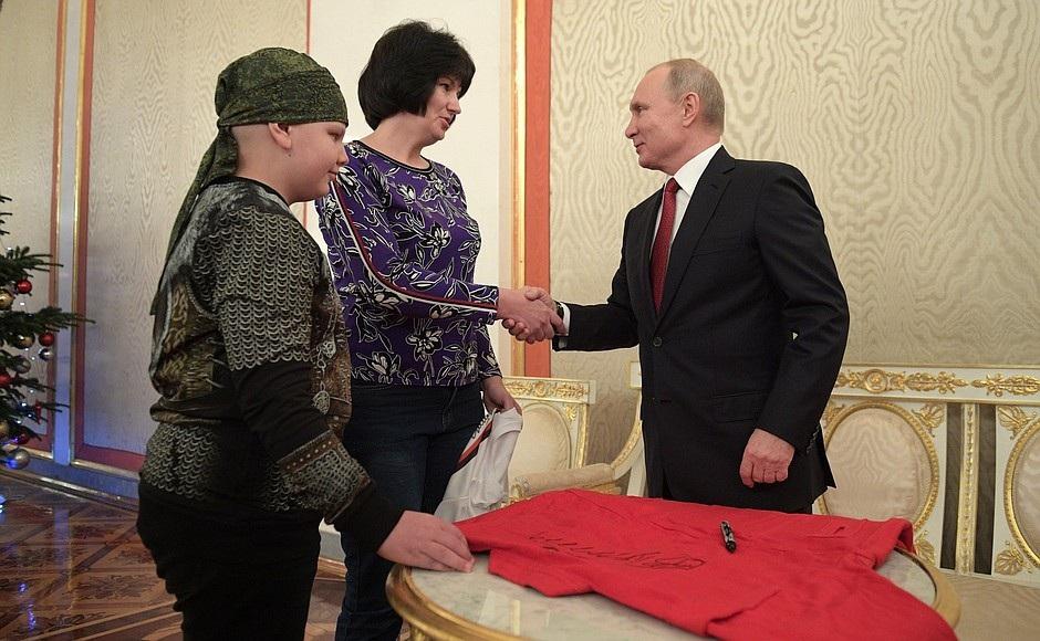 Tổng thống Putin bắt tay vị khách 10 tuổi tại điện Kremlin - Ảnh 3.
