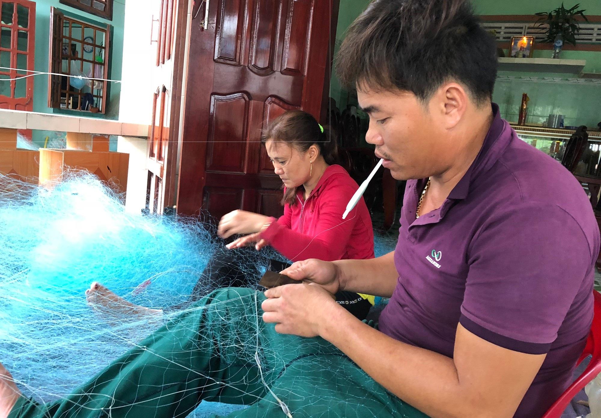 Quảng Ngãi: Nguy hiểm nghề lặn biển - Ảnh 1.