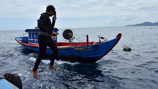 Quảng Ngãi: Nguy hiểm nghề lặn biển - Ảnh 2.