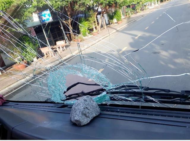 Điều tra một số đối tượng ném đá vào ô tô trên đường - Ảnh 1.