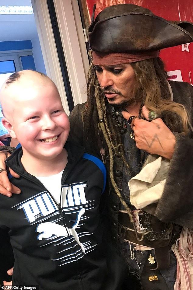 Johnny Depp hóa cướp biển đến thăm trẻ em trong bệnh viện - Ảnh 2.