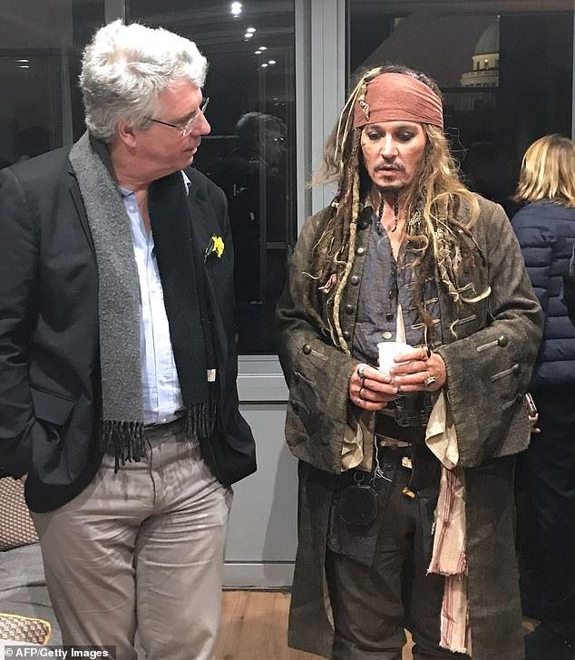 Johnny Depp hóa cướp biển đến thăm trẻ em trong bệnh viện - Ảnh 3.
