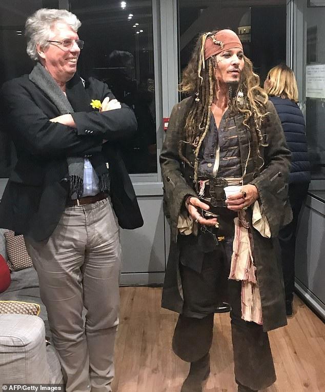 Johnny Depp hóa cướp biển đến thăm trẻ em trong bệnh viện - Ảnh 4.