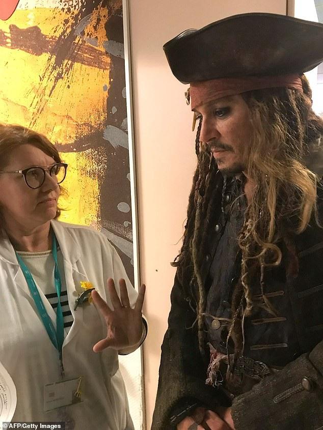 Johnny Depp hóa cướp biển đến thăm trẻ em trong bệnh viện - Ảnh 6.