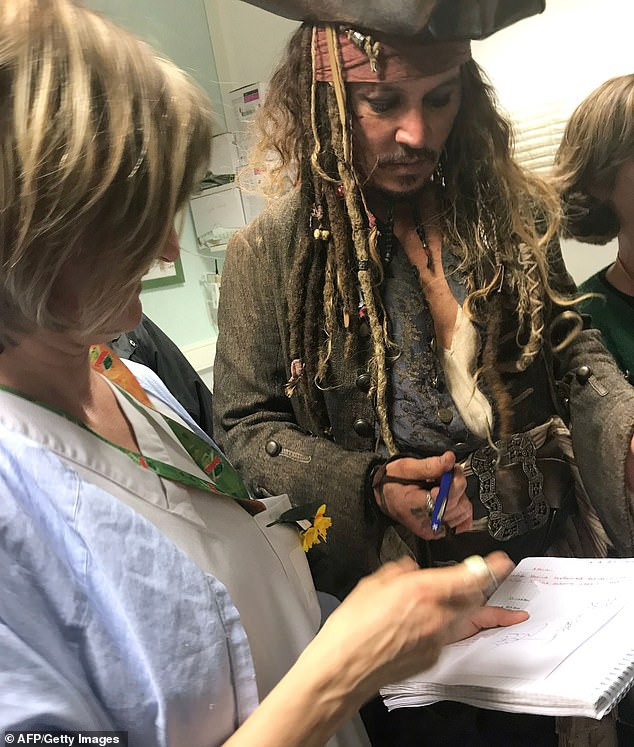 Johnny Depp hóa cướp biển đến thăm trẻ em trong bệnh viện - Ảnh 7.