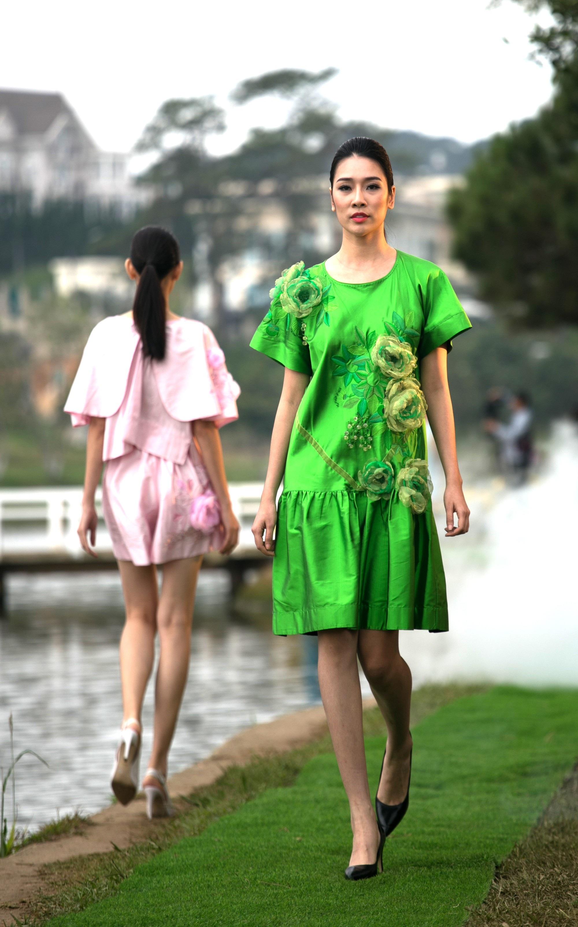 Vẽ tình ca bằng lụa Bảo Lộc và thổ cẩm K'Ho, Châu Mạ bên hồ Xuân Hương - Ảnh 25.