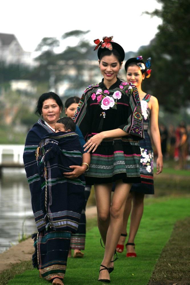 Vẽ tình ca bằng lụa Bảo Lộc và thổ cẩm K'Ho, Châu Mạ bên hồ Xuân Hương - Ảnh 7.