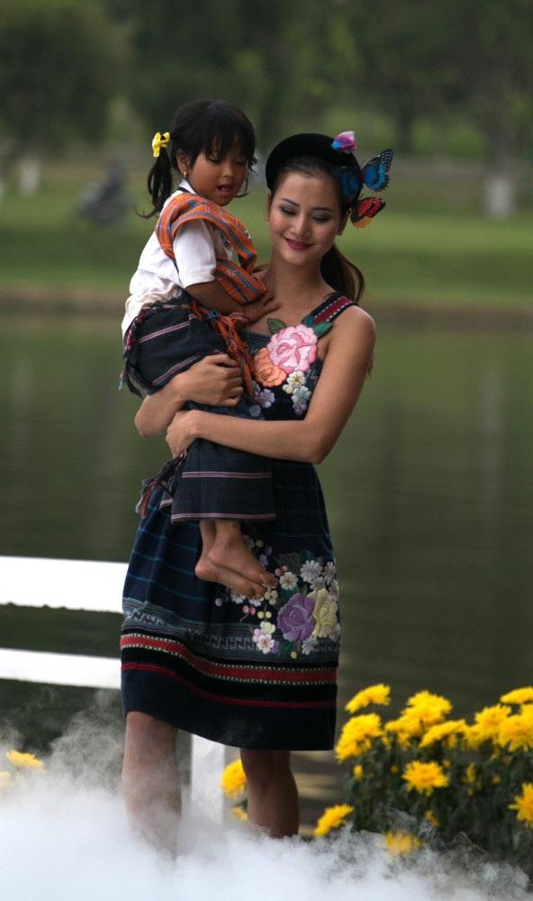 Vẽ tình ca bằng lụa Bảo Lộc và thổ cẩm K'Ho, Châu Mạ bên hồ Xuân Hương - Ảnh 9.