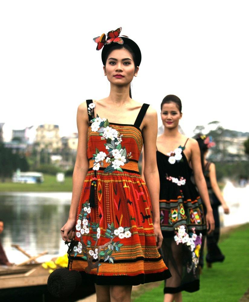 Vẽ tình ca bằng lụa Bảo Lộc và thổ cẩm K'Ho, Châu Mạ bên hồ Xuân Hương - Ảnh 10.
