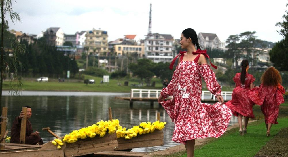 Vẽ tình ca bằng lụa Bảo Lộc và thổ cẩm K'Ho, Châu Mạ bên hồ Xuân Hương - Ảnh 21.