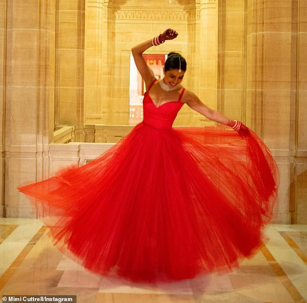 Trọn bộ váy cưới xa hoa của Priyanka Chopra - Ảnh 3.