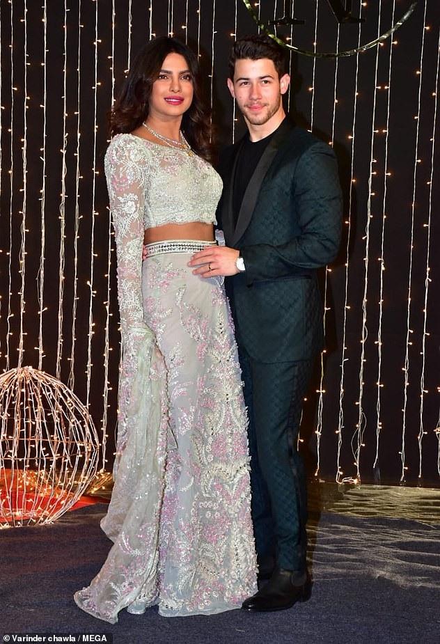 Trọn bộ váy cưới xa hoa của Priyanka Chopra - Ảnh 6.