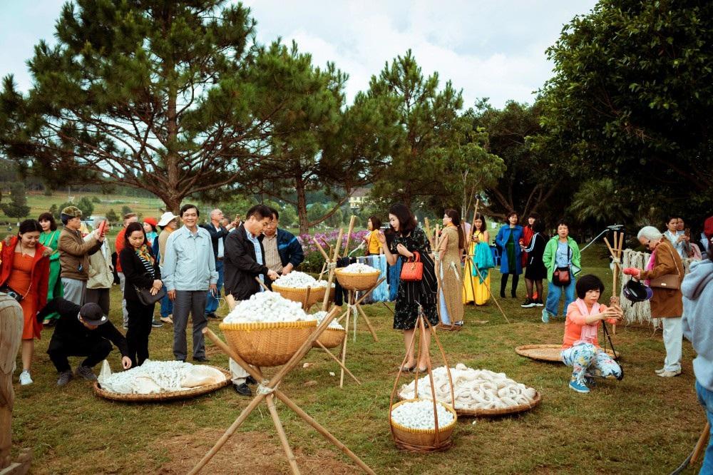Vẽ tình ca bằng lụa Bảo Lộc và thổ cẩm K'Ho, Châu Mạ bên hồ Xuân Hương - Ảnh 27.