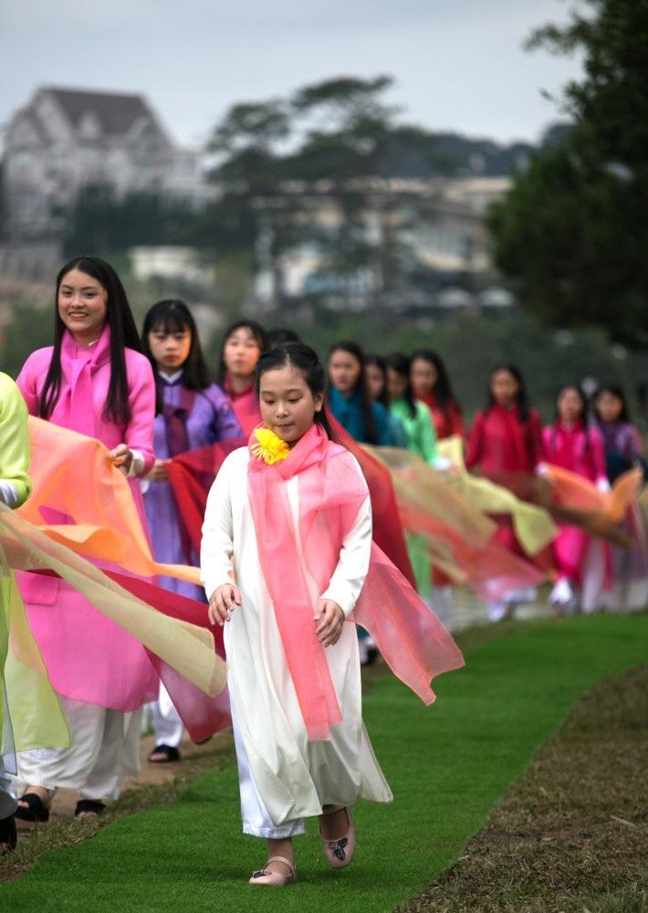 Vẽ tình ca bằng lụa Bảo Lộc và thổ cẩm K'Ho, Châu Mạ bên hồ Xuân Hương - Ảnh 4.