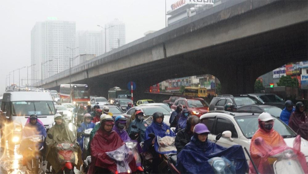 Người dân đổ ra bến xe về nghỉ Tết, đường phố Hà Nội ùn tắc trong mưa - Ảnh 9.