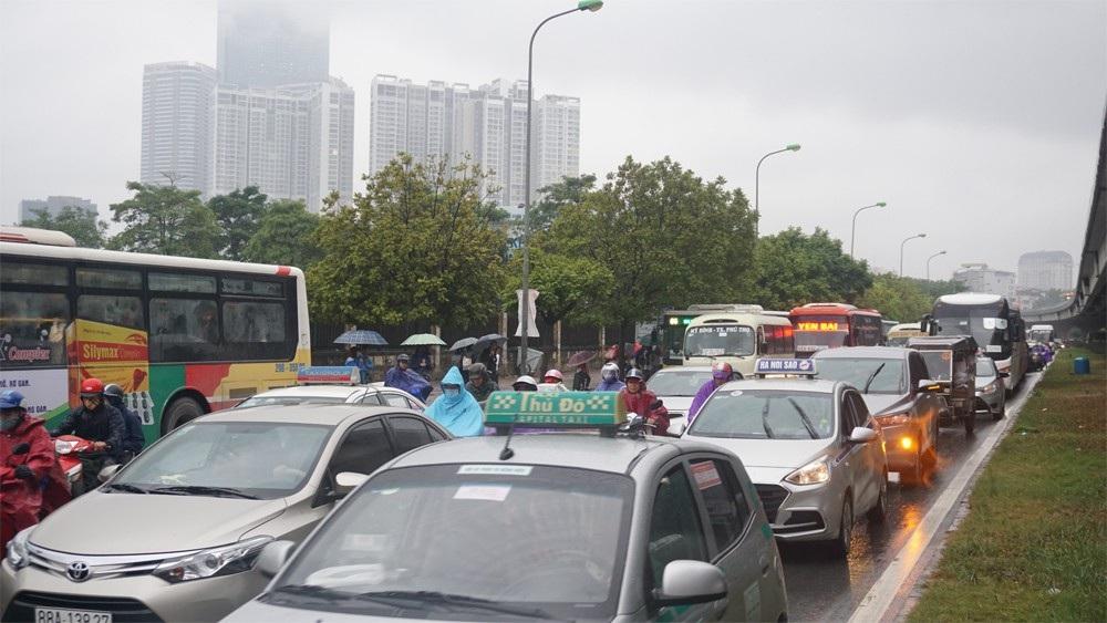 Người dân đổ ra bến xe về nghỉ Tết, đường phố Hà Nội ùn tắc trong mưa - Ảnh 8.