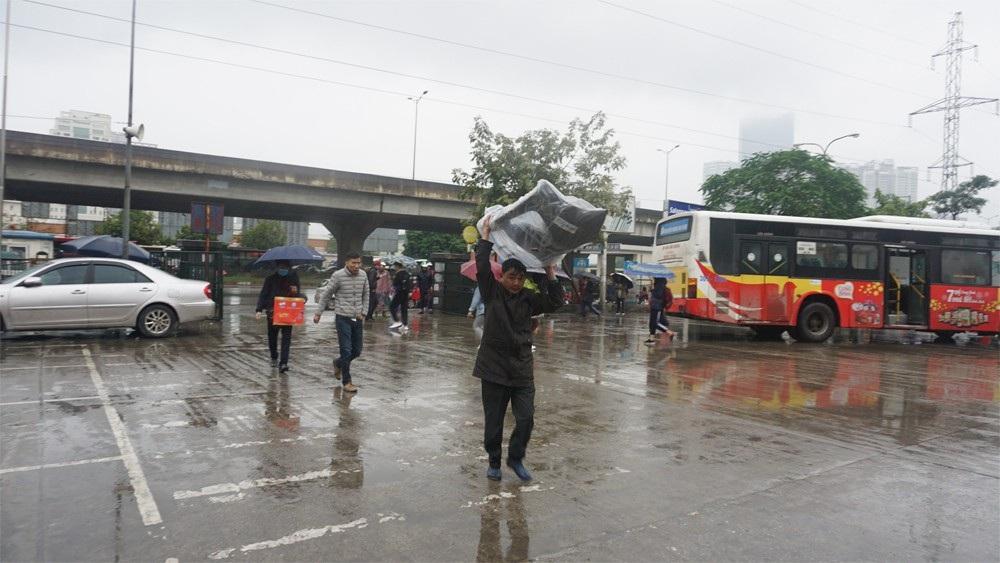 Người dân đổ ra bến xe về nghỉ Tết, đường phố Hà Nội ùn tắc trong mưa - Ảnh 4.