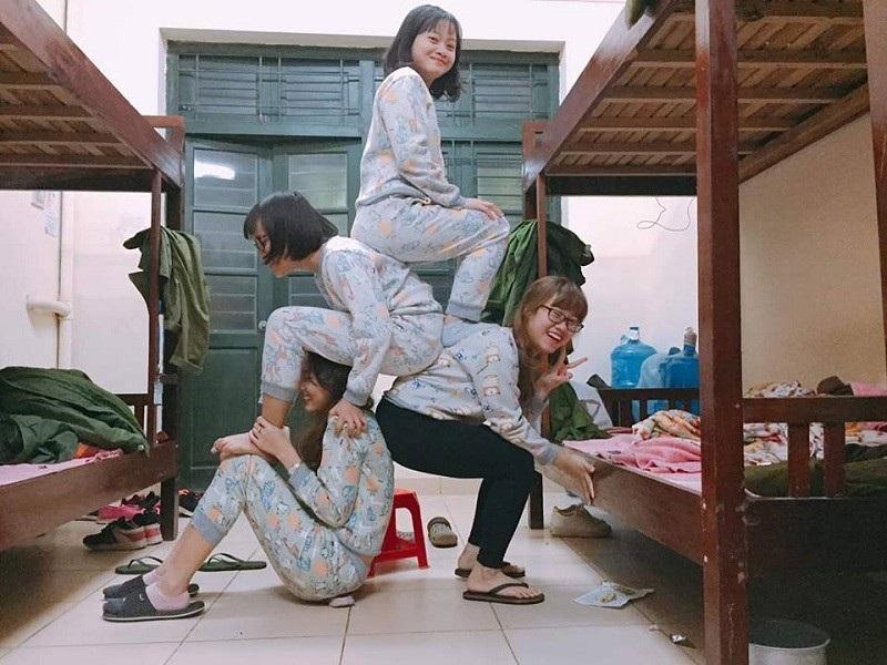 Dân mạng rộ trào lưu tạo dáng chụp ảnh ngồi trên lưng nhau - Ảnh 4.