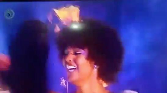 Hoa hậu Châu Phi...  cháy tóc khi nhận vương miện - Ảnh 2.