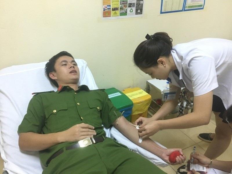 Chiến sĩ công an kịp thời hiến máu cứu bệnh nhân qua cơn nguy kịch - Ảnh 1.