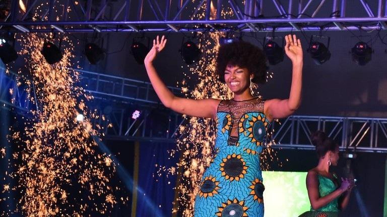 Hoa hậu châu Phi bất ngờ bốc cháy trên sân khấu khi đăng quang - Ảnh 2.