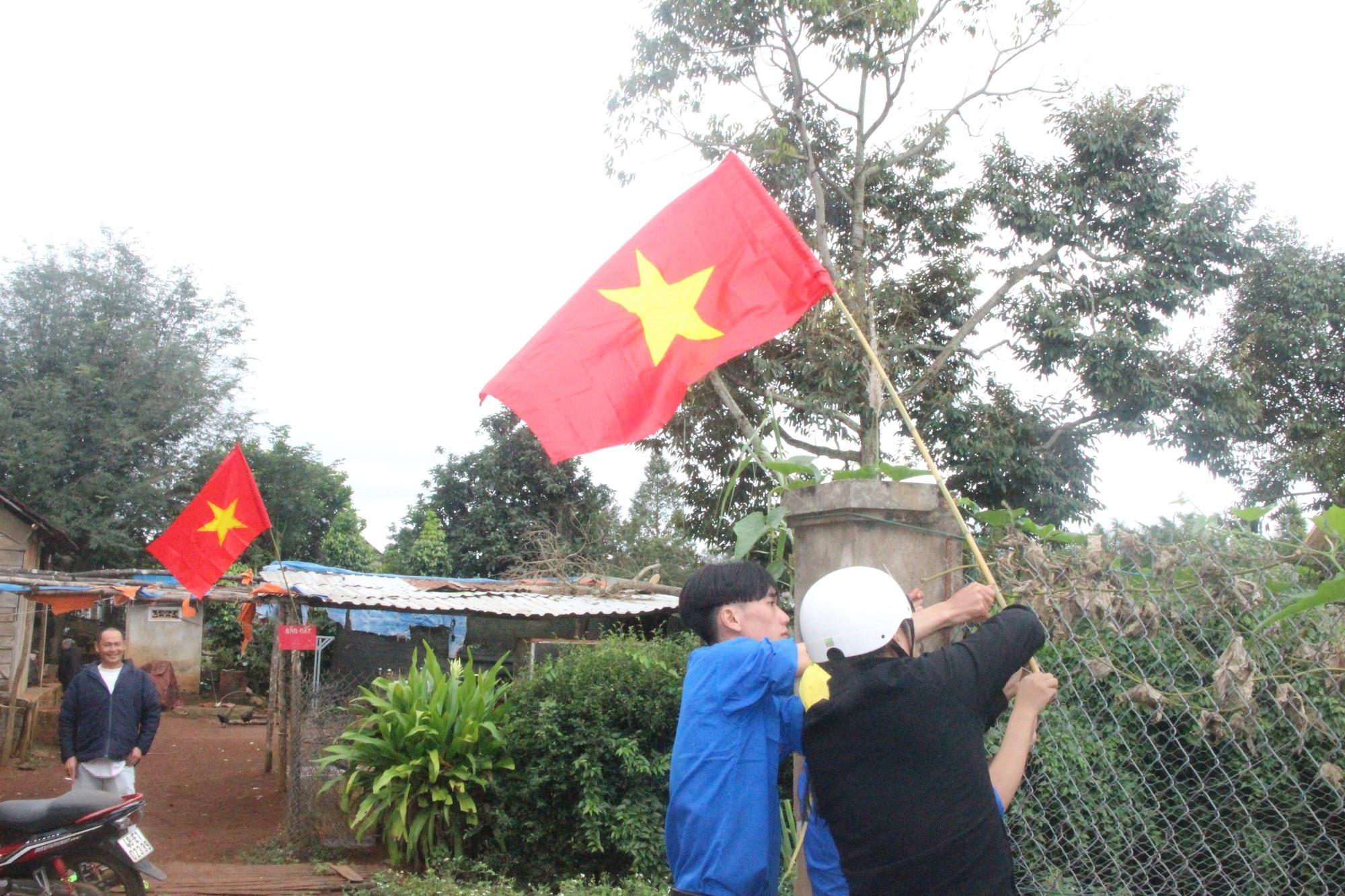 6.000 lá cờ đỏ sao vàng sưởi ấmvùng biên cương - Ảnh 3.