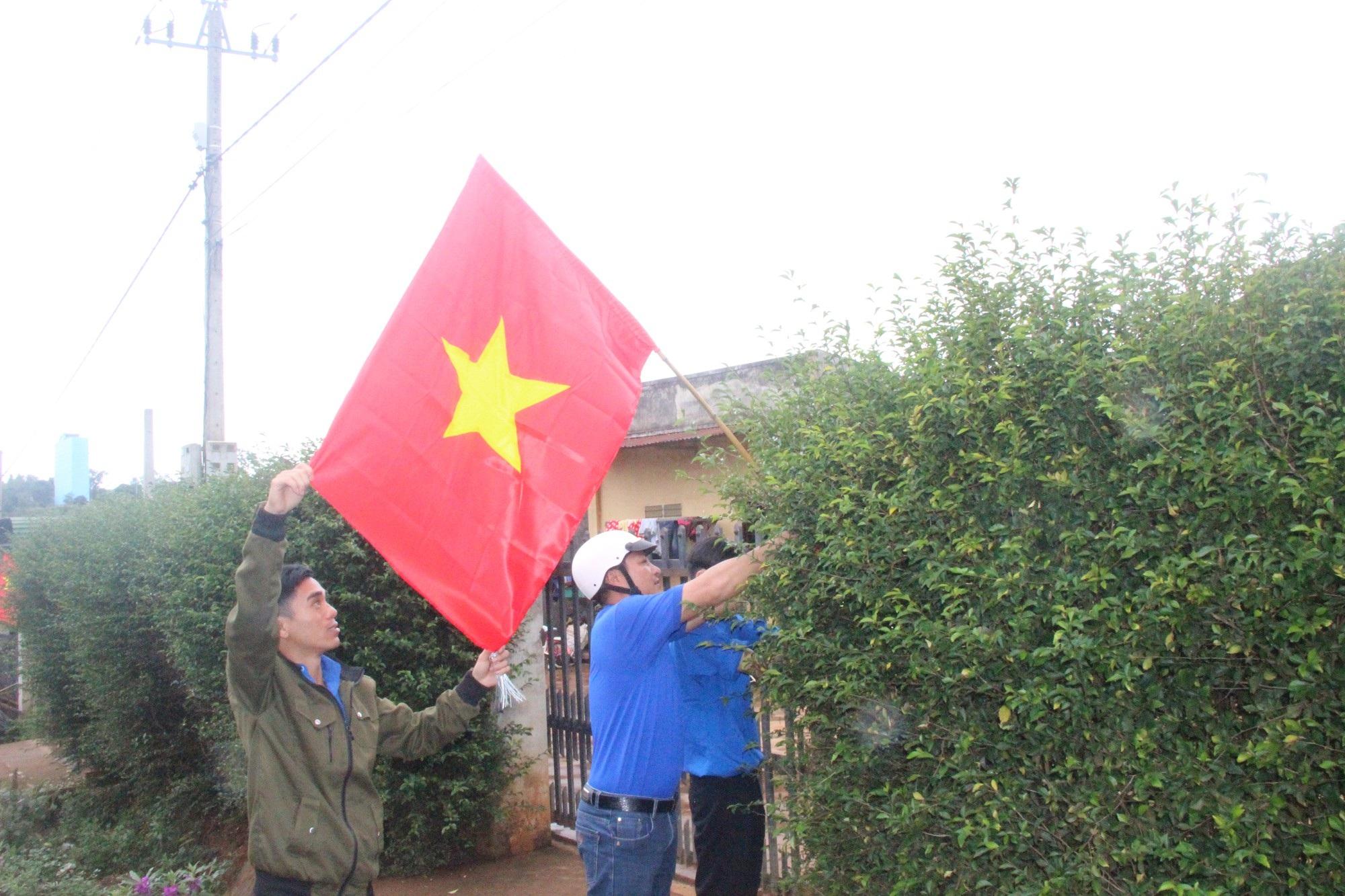 6.000 lá cờ đỏ sao vàng sưởi ấmvùng biên cương - Ảnh 2.