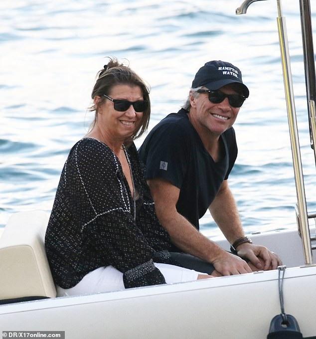 Rocker Jon Bon Jovi và vợ Dorothea Hurley đang tận hưởng kỳ nghỉ Giáng sinh ở St. Barts cùng gia đình. Cặp đôi giàu có này kết hôn đã gần 30 năm