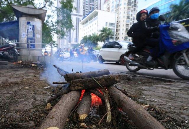 Người lao động Thủ đô đốt lửa sưởi ấm trong cái lạnh tê buốt dịp Tết Dương lịch - Ảnh 1.