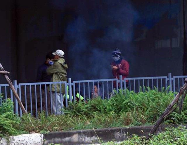 Người lao động Thủ đô đốt lửa sưởi ấm trong cái lạnh tê buốt dịp Tết Dương lịch - Ảnh 2.