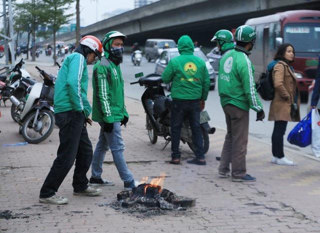 Người lao động Thủ đô đốt lửa sưởi ấm trong cái lạnh tê buốt dịp Tết Dương lịch - Ảnh 11.