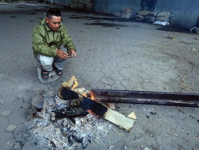 Người lao động Thủ đô đốt lửa sưởi ấm trong cái lạnh tê buốt dịp Tết Dương lịch - Ảnh 3.