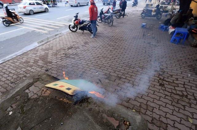 Người lao động Thủ đô đốt lửa sưởi ấm trong cái lạnh tê buốt dịp Tết Dương lịch - Ảnh 4.