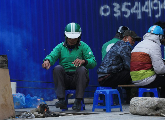 Người lao động Thủ đô đốt lửa sưởi ấm trong cái lạnh tê buốt dịp Tết Dương lịch - Ảnh 9.