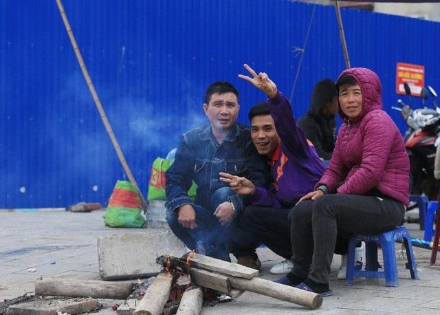 Người lao động Thủ đô đốt lửa sưởi ấm trong cái lạnh tê buốt dịp Tết Dương lịch - Ảnh 10.