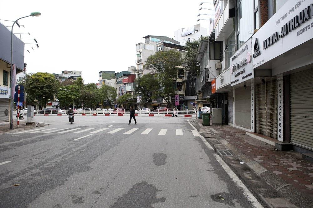Hà Nội rét đậm, đường phố vắng vẻ trong ngày đầu nghỉ lễ - Ảnh 1.