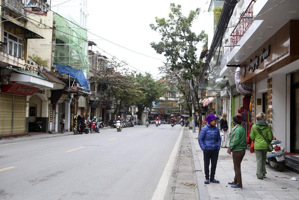 Hà Nội rét đậm, đường phố vắng vẻ trong ngày đầu nghỉ lễ - Ảnh 11.