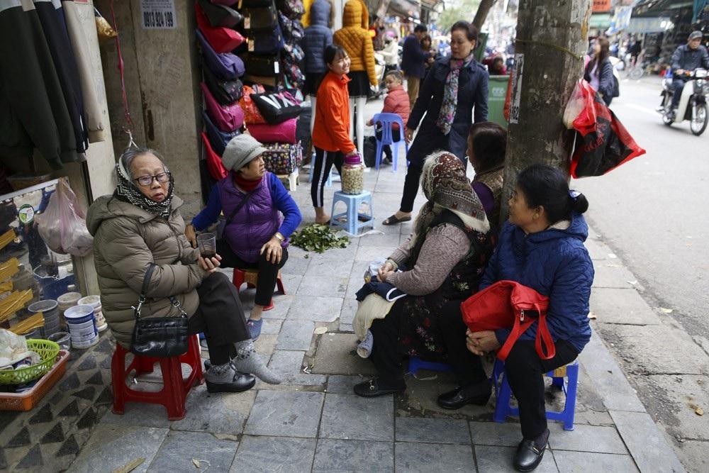 Hà Nội rét đậm, đường phố vắng vẻ trong ngày đầu nghỉ lễ - Ảnh 5.