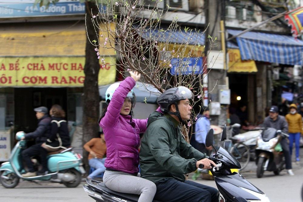 Hà Nội rét đậm, đường phố vắng vẻ trong ngày đầu nghỉ lễ - Ảnh 7.