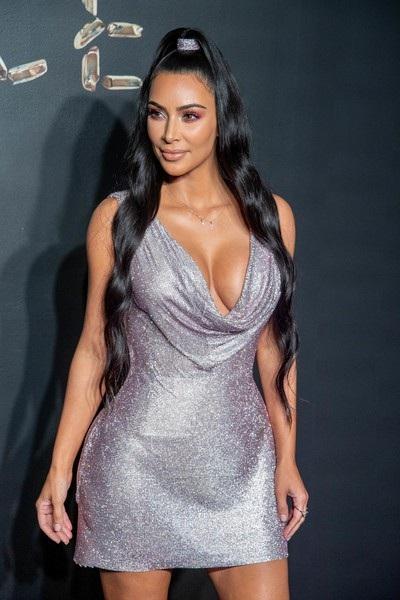 Người đẹp 38 tuổi khoe ngực khủng trong bộ váy trễ nải