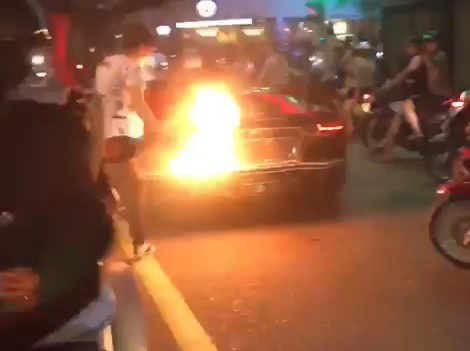 Ngọn lửa bùng lên phía sau đuôi chiếc Lamborghini Aventador
