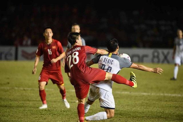 Duy Mạnh truy cản cầu thủ Bedic của Philippines