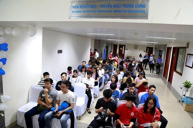 Nhiều bạn trẻ ngồi chờ được hiến máu tình nguyện trong sáng 2.12