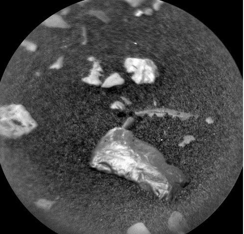 Các vật thể sáng bóng trên bề mặt sao Hỏa. Ảnh: NASA.