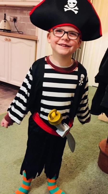 Tiếng cười của cậu bé từng khiến anh trai thức dậy vào nửa đêm